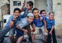 Vallásos zsidó gyerekek pózolnak Jeruzsálemben - fotó: Shutterstock