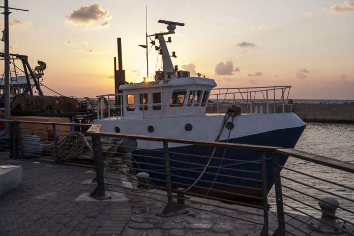 tel-avivi tengerpart víz yaffa jafo naplemente hajó