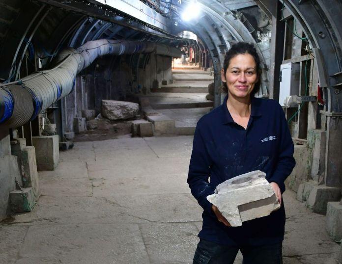Helen Mechlin, az IAA régésze az asztaltöredékkel - fotó: Ari Levy / IAA