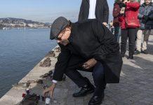 Jákov Hadasz-Handelszman, Izrael új budapesti nagykövete mécsest helyez el 2020. január 6-án a budapesti Cipők a Duna-parton holokauszt-emlékműnél, ahol az új nagykövet a magyarországi zsidó felekezetek képviselőivel és meghívott vendégeivel közösen fejezte ki tiszteletét a holokauszt magyarországi áldozatai elõtt - fotó: