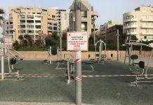A koronavírus miatt elkerített játszótér Tel-Avivban