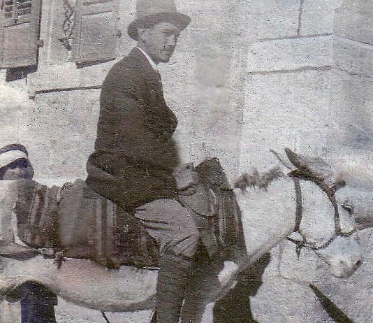 Török István (1920-ban alijázott) mérnökért reggelenként egy arab ment, hogy szamárháton kísérje munkába (magángyűjtemény)