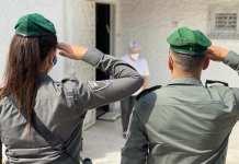 Rendőrök tisztelegnek egy holokauszt-túlélő előtt a megemlékezés során