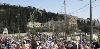 Virágvasárnapi felvonulás a Gecsemáné-kert mellett Jeruzsálemben, 2011 - fotó: Wikipedia