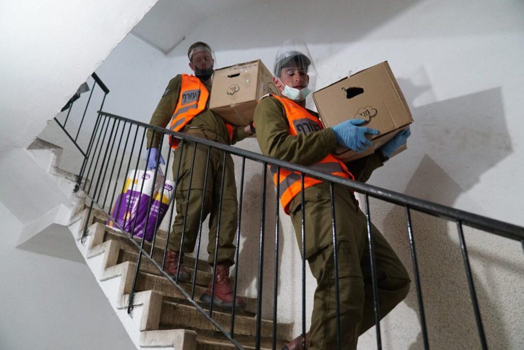 Izraeli katonák élelmiszercsomagokat osztanak a korona-sújtotta ultraortodox Bnei Brakban - fotó: Izraeli Hadsereg / Wikipedia