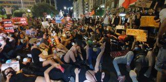 Tüntetők blokkolják az Ibn Gvirol utcát Tel-Avivban - fotó: Izraeli Rendőrség