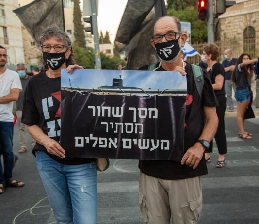 """""""Fekete függöny sötét tetteket takar"""". Netanjahu ellen tüntetők a Balfour utcában - fotó: frankpeti"""