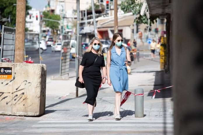 Védőmaszkban sétáló nők Tel-Avivban - fotó: Alex Eidelman / Shutterstock