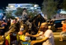 """Lovasrendőrök csapnak össze a Benjamin Netanjahu miniszterelnök távozását, a """"politikai indíttatású vesztegzár"""" feloldását és a demokrácia helyreállítását követelő békés demonstrálókkal 2020. október 1-én Tel-Avivban a magas covid19 átfertőzöttség miatt elrendelt második országos vesztegzár alatt - fotó: Bea Bar Kallos / Izraelinfo"""