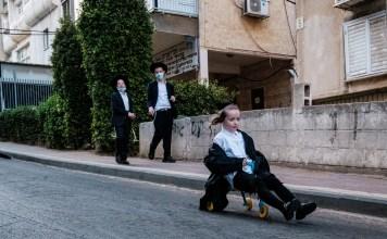 Ultraortodox kisfiú száguld egy babarolleren egy Bnei Brak-i utcán 2020. október 8-án - fotó: Bea Bar Kallos