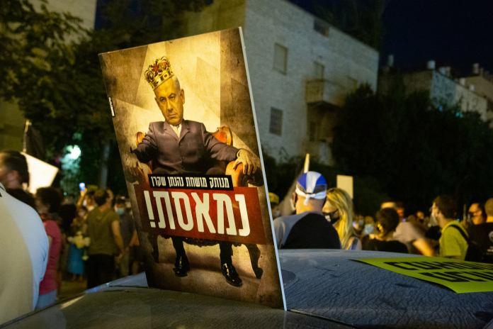 Netanjahu-ellenes plakát egy Balfour utcai tüntetésen Jeruzsálemben - fotó: frankpeti / Izraelinfo
