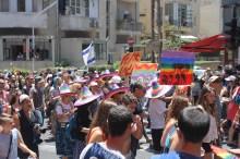 Z plakatami idą przedstawiciele grupy dla seniorów LGBT