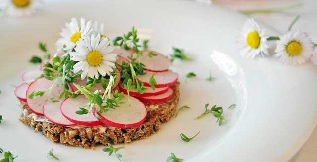 Jestivo i nejestivo cvijeće, kuhajte s cvijećem - salata od jestivog i nejestivog cvijeća