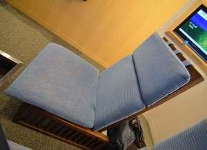 座椅子 見つけにくいけど、左サイドに陸リクライニングの調整ボタンがあります。