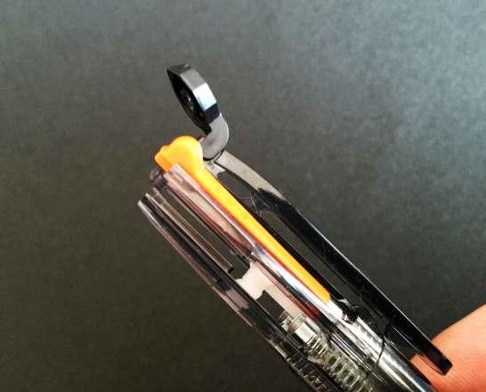 1本ずつボディとリフィルの溝を合わせるように挿入。