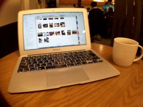 MacBook Airの両サイドが曲がって映っています。
