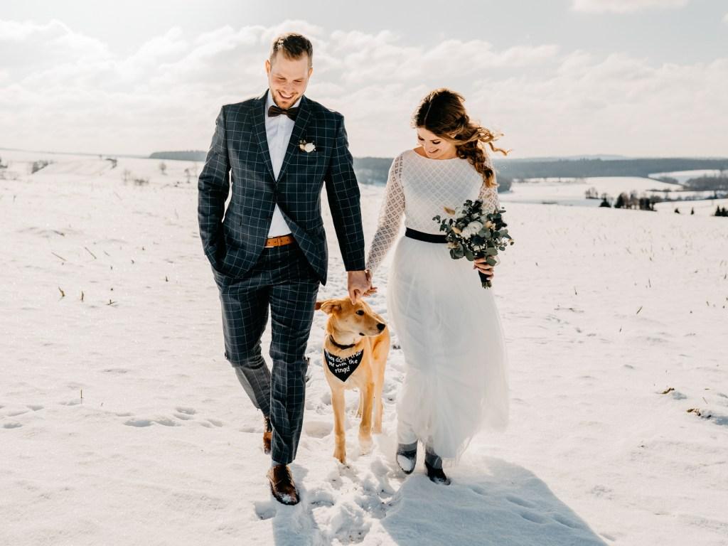 Paar mit Hund am Strand