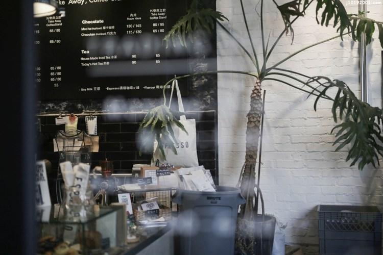 台南美食︱巷弄中的質感咖啡店 外觀黑白色系低調奢華 主打咖啡還有賣早午餐和甜點 樓上是民宿 被愛咖啡