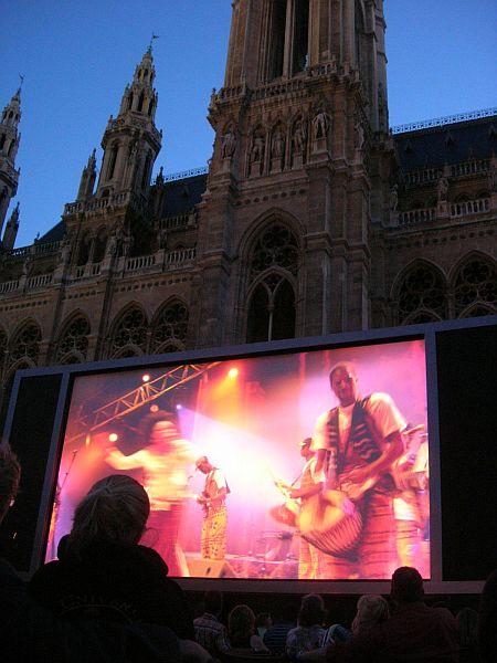 LiveAfrica-konsertin (2005) lähetys Wienin raatihuoneenpuistossa 27.7.2009.