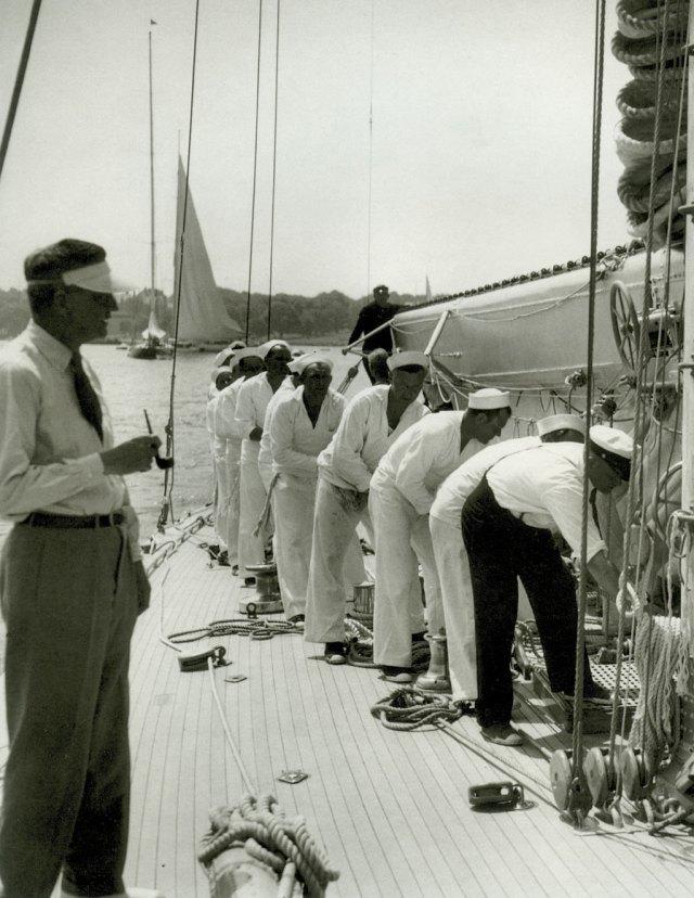 """Arbeid ombord på J- båten """"Ranger""""."""