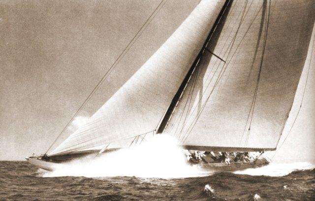 "J- båten ""Weetamoe"" i frisk bris."