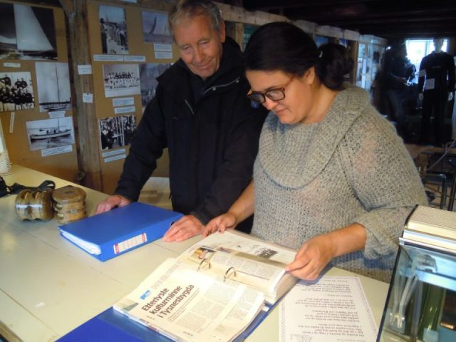 Trine Kyvik var tidlegare i haust i Flytenaustet i Våge, der ho fotograferte alt som finst på utstillinga om jåttseglarane. No har ho allereie digitalisert det fyrste materiellet. Kjell A. Lunde i Venelaget hadde med permar til henne då ho var i flytenaustet.