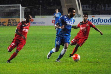 Gelandang Persib Bandung, Marcos Flores memertahankan bola dari para pemain Semen Padang, dalam laga di Stadion Si Jalak Harupat, Sabtu (19/11). (istimewa for jabartoday)
