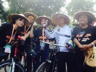 Para peserta Festival Budaya Asia Pasific 2014 melakukan city tour bersama Bupati Purwakarta, Dedi Mulyadi, Kamis (28/8/2014)