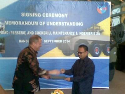 Executive Vice President CMI James Caudle (kiri) bersalaman dengan Direktur Utama PT Pindad Sudirman Said, usai penandatanganan nota kesepahaman, Senin (15/9). (JABARTODAY/ERWIN ADRIANSYAH)
