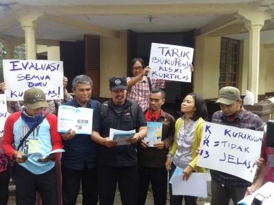 Forum Aspirasi Guru Independen memprotes adanya pelajaran tentang seks bebas di buku SMA/SMK kelas XI di depan MUI Jabar, Kamis (16/10). (JABARTODAY/AVILA DWIPUTRA)