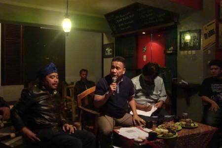 Anggota DPR-RI Dedi Gumelar (tengah) menekankan perlunya pembentukan Kementerian Kebudayaan dalam diskusi di Gedung Indonesia Menggugat, Senin (8/9). (JABARTODAY)