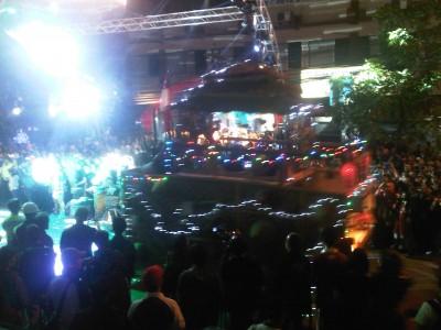 Warga Kota Bandung antusias menyaksikan iringan mobil hias yang berkeliling untuk memeriahkan Bandung Caang Festival 2014, Sabtu (18/10). (JABARTODAY/AVILA DWIPUTRA)