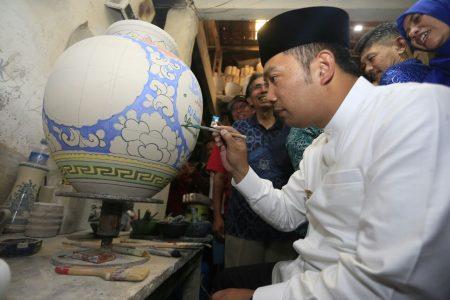 Wali Kota Bandung Ridwan Kamil mengukir di keramik saat Mapay Lembur di kawasan Kiaracondong, Sabtu (1/10). (jabartoday/avila dwiputra)