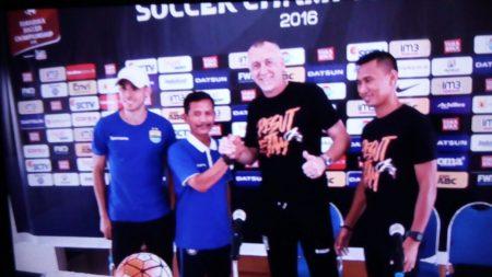 Pelatih Persib Djadjang Nurdjaman bersalam komando dengan Pelatih PBFC Dragan Djukanovic usai jumpa pers di Graha Persib, Selasa (13/12). (jabartoday/avila dwiputra)
