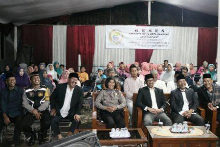 Reses menjadi ajang menampung aspirasi warga bagi anggota DPRD Kota Bandung Asep Sudrajat, Rabu (14/12) malam. (jabartoday/eddy koesman)
