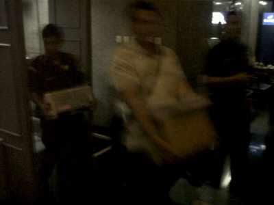 Tim Penyidik Kejagung tengah mengangkut berkas usai menggeledah BJB di Jl. Naripan Bandung, Kamis (2/5/2013) (JABARTODAY.COM/AVILA DWIPUTRA)