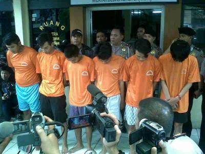 Para pelaku penjambretan yang meresahkan masyarakat berhasil ditangkap Unit Reserse Kriminal Polsek Bandung Wetan pada Jumat (24/1/2014). (JABARTODAY/AVILA DWIPUTRA)