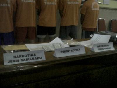 Barang bukti yang diamankan oleh Satuan Reserse Narkoba Polrestabes Bandung ditunjukkan dalam ekspose, Rabu (12/2/2014). Dalam penangkapan ini, polisi mengamankan seorang warga negara asing asal Libya. (JABARTODAY/AVILA DWIPUTRA)