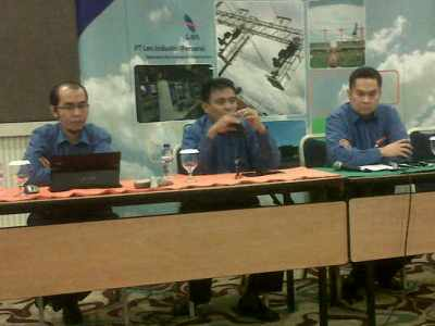 Direktur Utama PT Len Industri Abraham Mose (tengah) dan Direktur Keuangan Andra Agussalam (kanan) memberikan keterangan soal investasi yang akan dilakukan tahun ini dalam jumpa pers di Hotel Harris Bandung, Jumat (28/2). (JABARTODAY/AVILA DWIPUTRA)