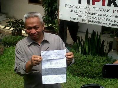 Juru Bicara Pengadilan Negeri Bandung Joko Indarto memperlihatkan surat pengunduran diri hakim ad hoc Tipikor Ramlan Comel, Kamis (6/3). Ramlan sendiri telah ditetapkan sebagai tersangka oleh Komisi Pemberantasan Korupsi terkait kasus suap hakim Dana Bantuan Sosial Kota Bandung. (JABARTODAY/AVILA DWIPUTRA)