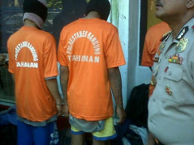 Pelaku pemerkosaan gadis belia diciduk Satreskrim Polrestabes Bandung, Selasa (8/4). Dua diantaranya anggota geng motor XTC. (JABARTODAY/AVILA DWIPUTRA)