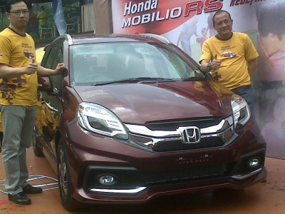 Direktur HBC Iwan Tjandradinata (kiri) bersama Operational Manager HBC Eko Kunwisono berpose di depan Honda Mobilio RS. Sabtu (21/6). (JABARTODAY/AVILA DWIPUTRA)