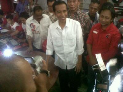 Calon presiden Joko Widodo memantau pengumpulan formulir C-1 di Jawa Barat, Sabtu (12/7). (JABARTODAY/AVILA DWIPUTRA)