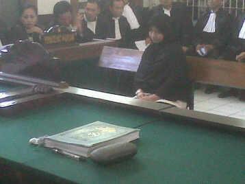 Terdakwa penculik bayi Valencia, Desi Ariyani, mendengarkan dakwaan yang dibacakan jaksa dalam sidang di Pengadilan Negeri Bandung, Rabu (6/8). (JABARTODAY/AVILA DWIPUTRA)