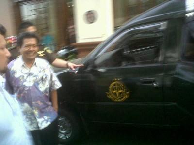 Mantan Plt Kepala RSUD Kabupaten Indramayu Dr. Zaenal digiring menuju mobil tahanan Kejaksaan Tinggi Jawa Barat, Senin (29/9). Zaenal diduga melakukan penyalahgunaan dana BLUD RSUD Kabupaten Indramayu. (JABARTODAY/AVILA DWIPUTRA)