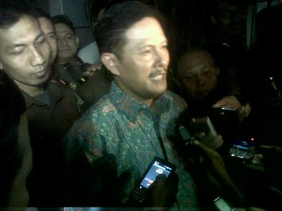 Bupati Sumedang Ade Irawan usai menjalani pemeriksaan di Kejaksaan Tinggi Jawa Barat, Rabu (8/10). Ia diperiksa sebagai tersangka kasus korupsi perjalanan dinas saat menjabat sebagai Ketua DPRD Kota Cimahi. (JABARTODAY/AVILA DWIPUTRA)