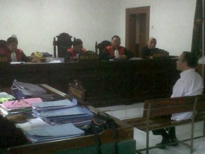 Mantan Wali Kota Bandung Dada Rosada memberikan keterangan bagi terdakwa Entik Musafik dalam perkara korupsi dana hibah-bansos di Pengadilan Tindak Pidana Korupsi Bandung, Selasa (28/10). (JABARTODAY/AVILA DWIPUTRA)