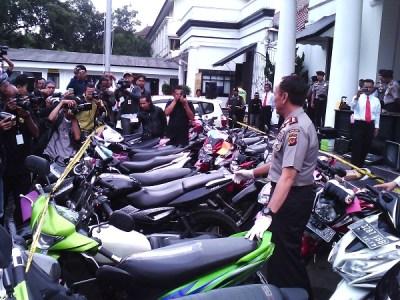 Kepala Polda Jabar Inspektur Jenderal Mochamad Iriawan memeriksa sepeda motor hasil sitaan pihaknya dari para pelaku kriminal di Mapolrestabes Bandung, Rabu (22/1/2014). Tindak kriminal, terutamanya pencurian kendaraa bermotor mengalami pergeseran waktu. (JABARTODAY/AVILA DWIPUTRA)