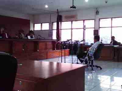 Mantan Panitera Muda Pengadilan Hubungan Industrial Bandung Ike Wijayanto menjalani sidang perdana di Pengadilan Tindak Pidana Korupsi Bandung, Rabu (22/1/2014). Ia diduga menerima suap terkait pemenangan gugatan PT Onamba Indonesia beberapa waktu lalu. (JABARTODAY/AVILA DWIPUTRA)