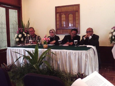 Dewan Pakar Forum Ekonomi Jawa Barat menjelaskan soal dampak banjir terhadap ketersediaan pangan, Sabtu (25/1/2014). dari kiri-kanan: Rochadi Tawaf, Ina Primiana, Nursuhud, Tommy Perdana. (JABARTODAY/AVILA DWIPUTRA)